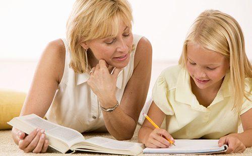Английская няня обучает девочку английскому языку