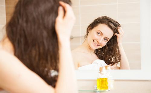 Женщина собирается делать маску для волос из масла