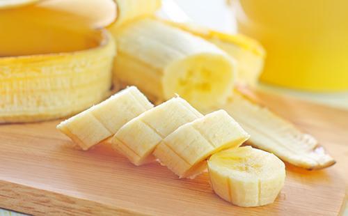 Нарезанный кружочками банан
