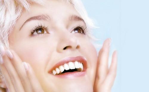 Девушка со здоровыми белыми зубами