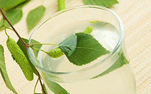 Сок березовй и листок в стакане