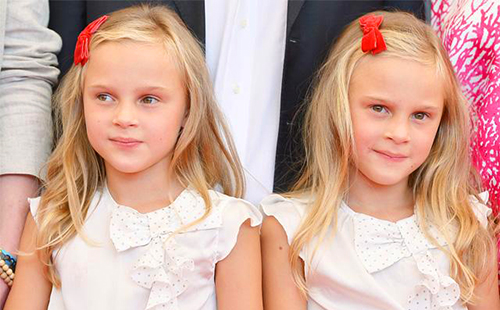 Светловолосые девочки-близнецы с красными бантиками
