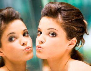 Лицо девушки и отражение в зеркале