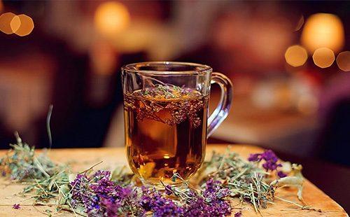 Чай из чабреца в кружке