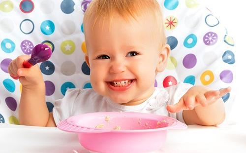Девчушка очень любит кашу в розовой тарелке
