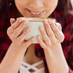 Счастливая девушка с большой чашкой