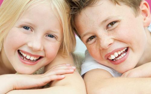Улыбающиеся мальчик и девочка