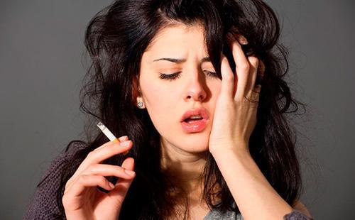 Девушка нервно курит сигарету