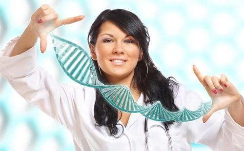 Девушка растягивает руками модель молекулы ДНК