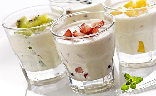 Йогурт в высоких стаканах с киви и клубникой