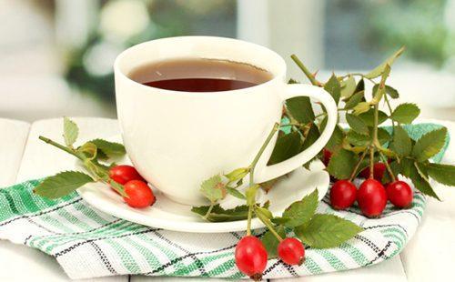 Отвар из ягод шиповника в белой чашке