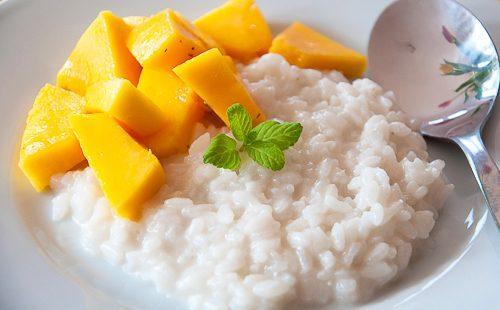 Молочная рисовая каша с ломтиками манго