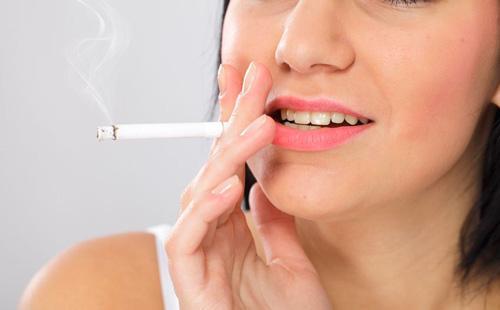 Девушка курит сигарету