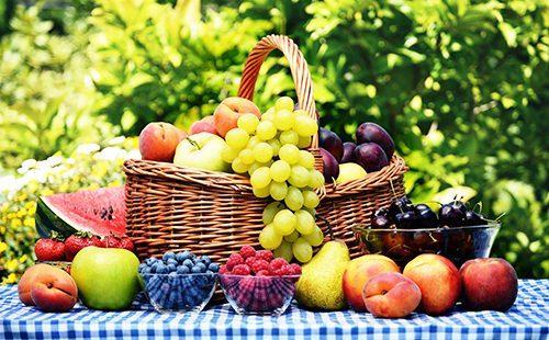 Осенние фрукты в плетёной корзине