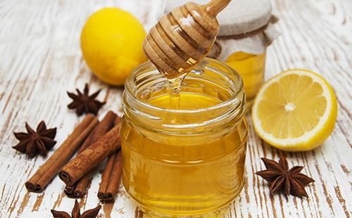 Банка мёда и палочки корицы