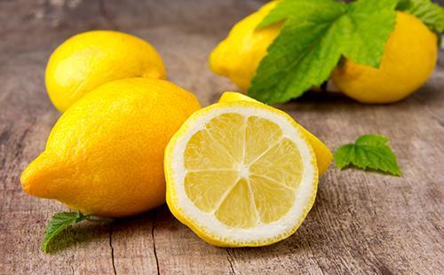 Свежие лимоны на деревянном столе