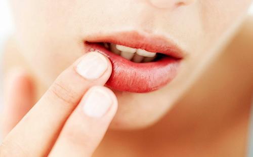 Нежный массаж губ