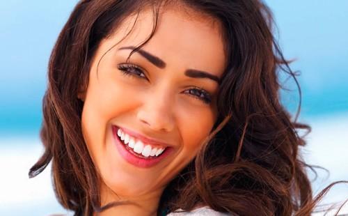 Девушка с красивой белоснежной улыбкой