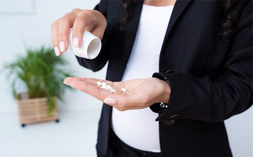 Таблетки в ладони женщины