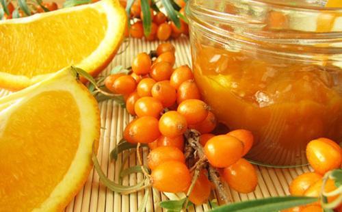 Ягоды облепихи и нарезанный лимон