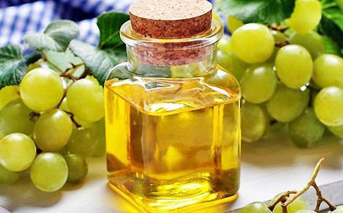 Масло виноградных косточек в пузырьке с большой пробкой