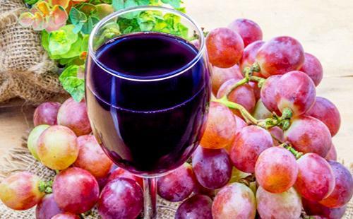 Свежевыжатый пурпурный и терпкий сок