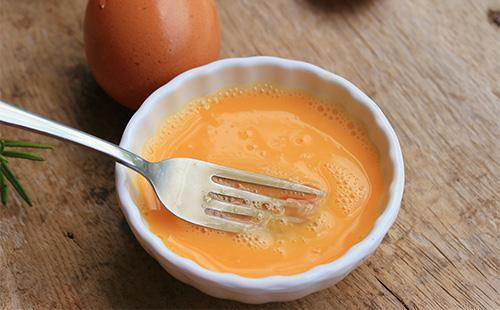 Яичный желток в тарелке
