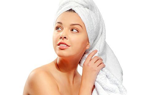 Красивая девушка с полотенцем на голове