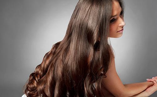 Девушка с красивыми длинными волосами