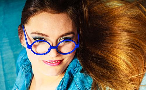 Молодая женщина в синих очках