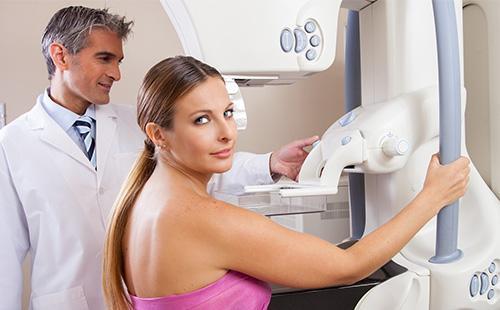 Женщина на маммографии