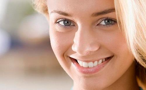 Милая девушка с белоснежной улыбкой