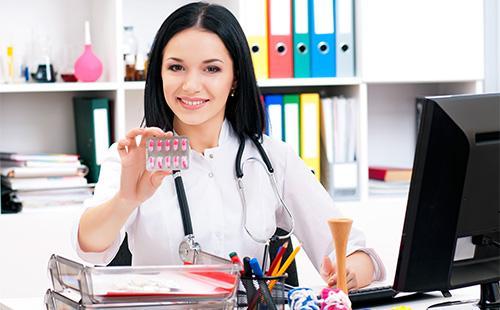 Доктор держит блистер с таблетками
