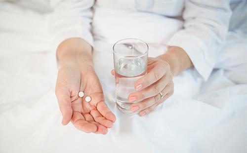 Таблетки в руке у женщины
