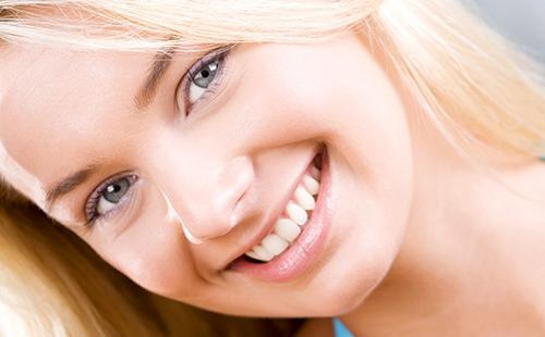 Красивая юная блондинка с идеальной кожей