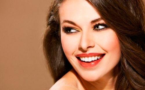 Красивая девушка с белоснежной улыбкой