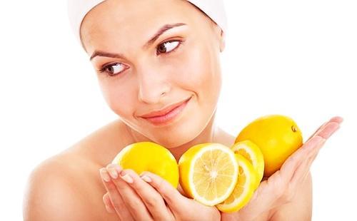 Девушка наготовила полные руки лимонов