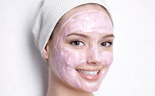 Розовая маска на лице