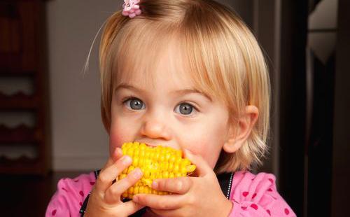 Девочка в розовом любит кукурузу