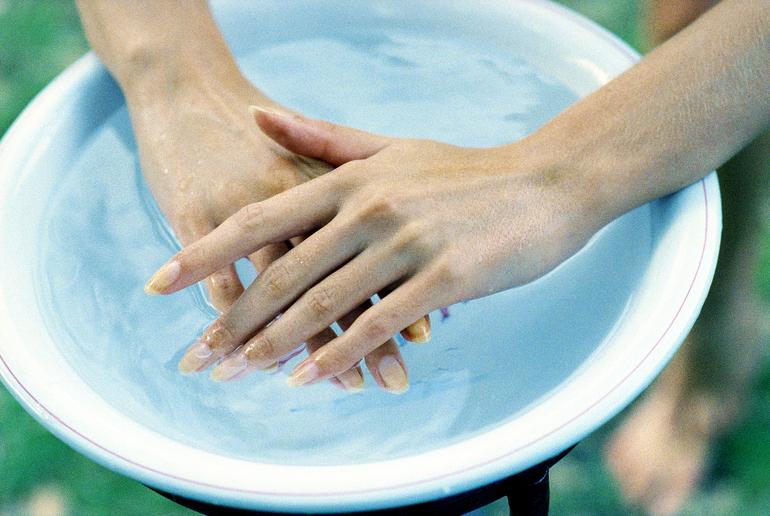 Распаривать руки лучше в тёплой воде