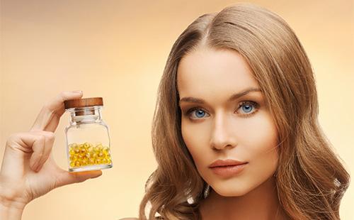Девушка с бутылочкой витаминов