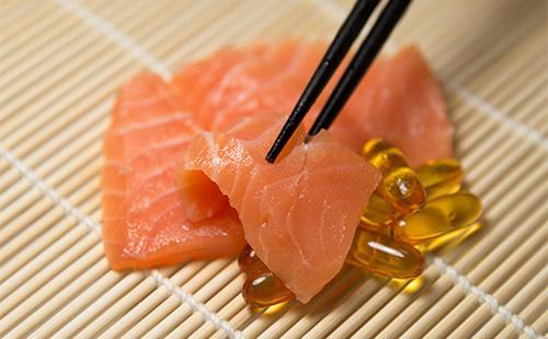 Кусочки красной рыбы и капсулы рыбьего жира