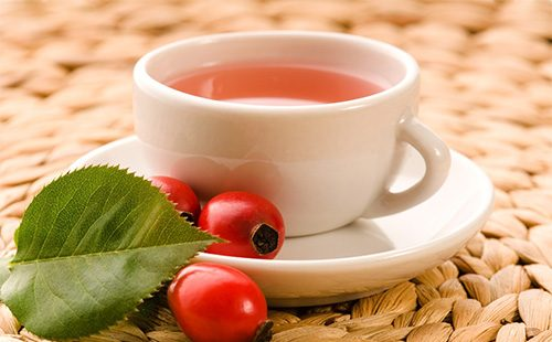 Чай из шиповника в кружке