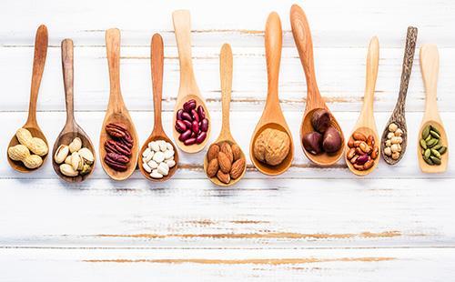 Деревянные ложки с орехами