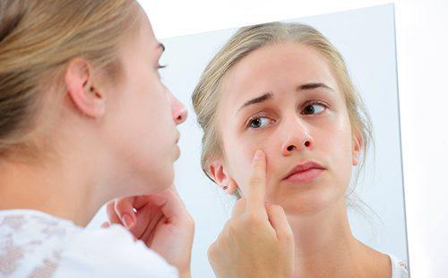 Девочка-подросток с зеркалом
